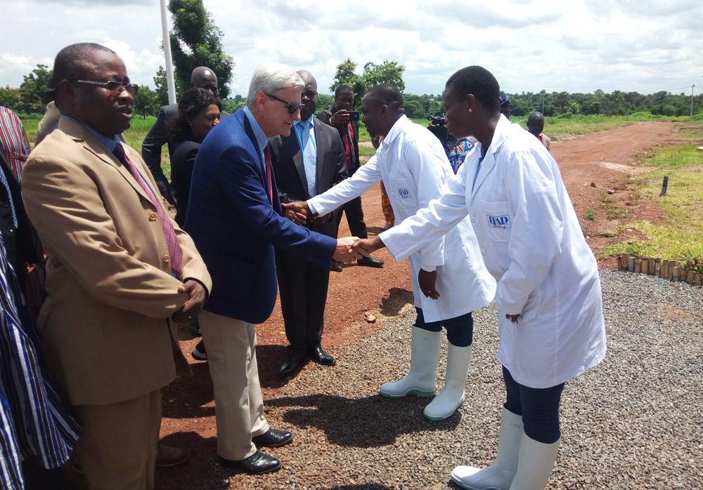 Philip BRYANT, Gouverneur du Mississippi en visite au Togo, fasciné par l'IFAD Aquaculture d'Elavagnon